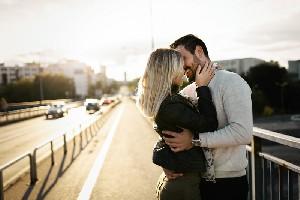 Imbratisari si sarutari: impactul emotional al atingerii afective